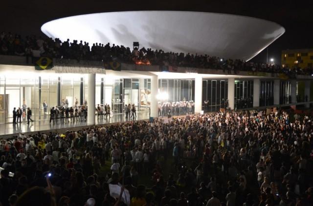 Protesto_no_Congresso_Nacional_do_Brasil_17_de_junho_de_2013-768x507