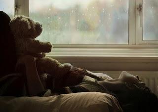 mulher menina urso saudade amor dor tristesa solidão chuva janela cama